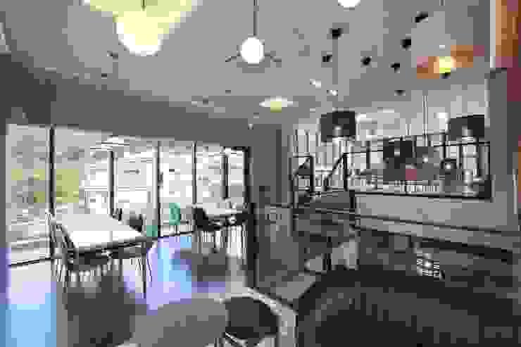 랑스카페  2층: IDA - 아이엘아이 디자인 아틀리에의 현대 ,모던