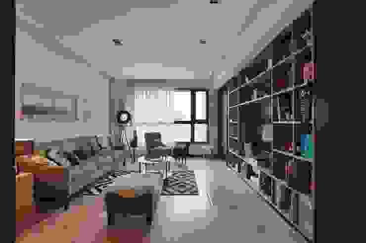 一進門看到的客廳空間,寬敞不壓迫 直方設計有限公司 Living room