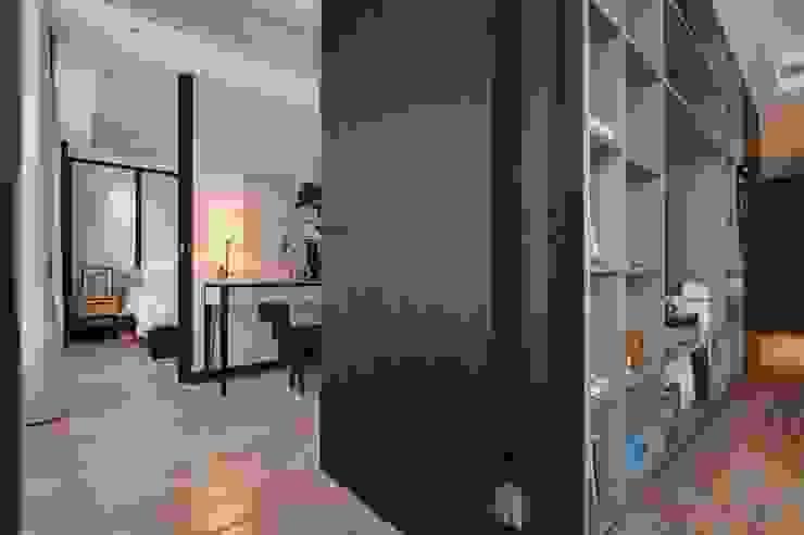 電視牆後的更衣空間 直方設計有限公司 Classic style dressing rooms