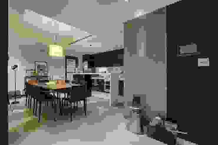 開放式廚房利用中島劃分餐廳 直方設計有限公司 Classic style dining room