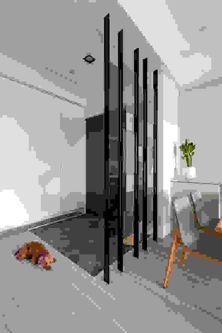 【晨染】– 廖宅 現代風玄關、走廊與階梯 根據 六木設計 現代風