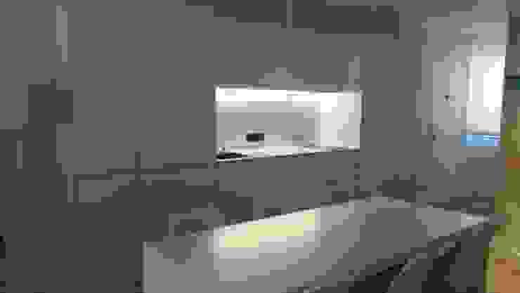 Кухни в . Автор – Qum estudio, tienda de muebles y accesorios en Andalucía