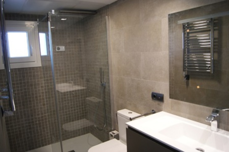 Ванные комнаты в . Автор – Qum estudio, tienda de muebles y accesorios en Andalucía