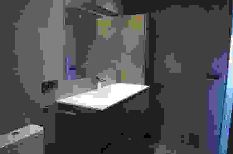 Salle de bain moderne par Qum estudio, tienda de muebles y accesorios en Andalucía Moderne
