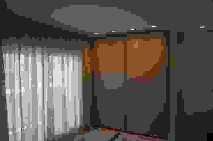 Chambre moderne par Qum estudio, tienda de muebles y accesorios en Andalucía Moderne