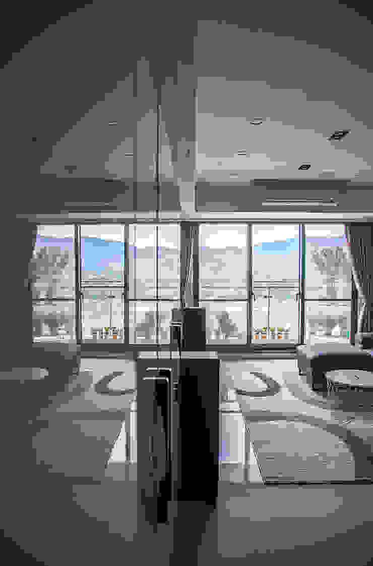 沉穩大氣-將捷家和 现代客厅設計點子、靈感 & 圖片 根據 富亞室內裝修設計工程有限公司 現代風 玻璃