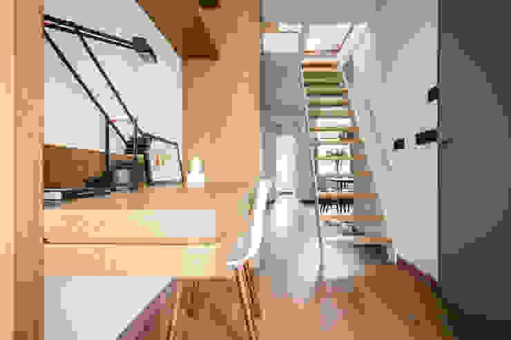 Entrance hall Minimalist corridor, hallway & stairs by Deirdre Renniers Interior Design Minimalist