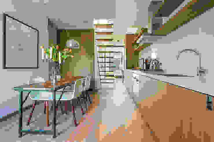 Kitchen & dining area Minimalist kitchen by Deirdre Renniers Interior Design Minimalist