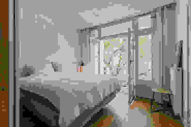 Slaapkamer - home staging Amsterdam | Verkoopstyling TheGreenHouse Amsterdam THE GREEN HOUSE Home staging Kleine slaapkamer Wit