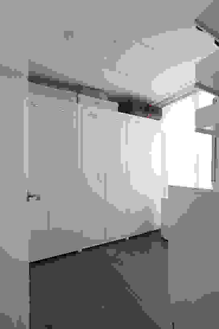 두산위브 24평형 모던스타일 드레싱 룸 by 카멜레온디자인 모던