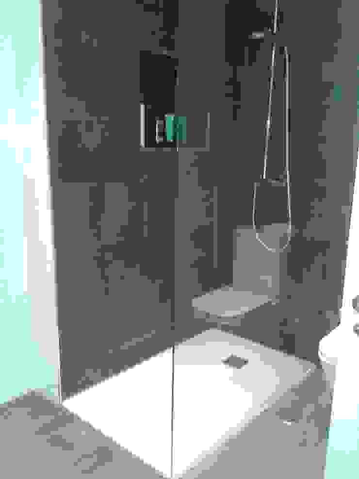 Banheiros modernos por M.Angustias Terron Moderno Cerâmica
