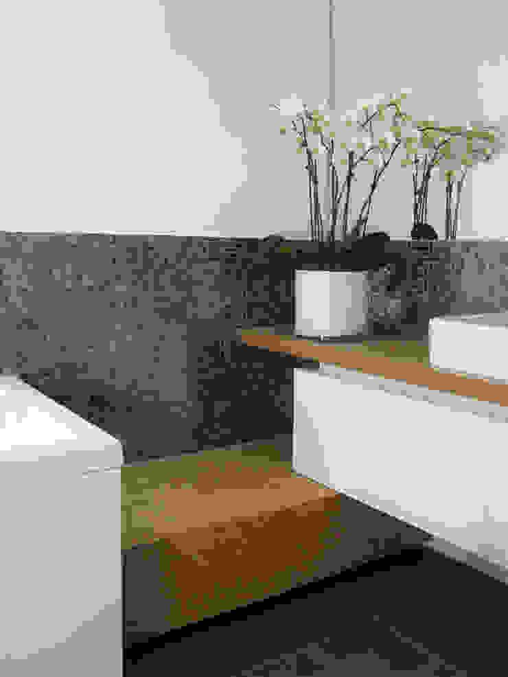 Haus für junge Familie Moderne Badezimmer von SISAFORM Modern