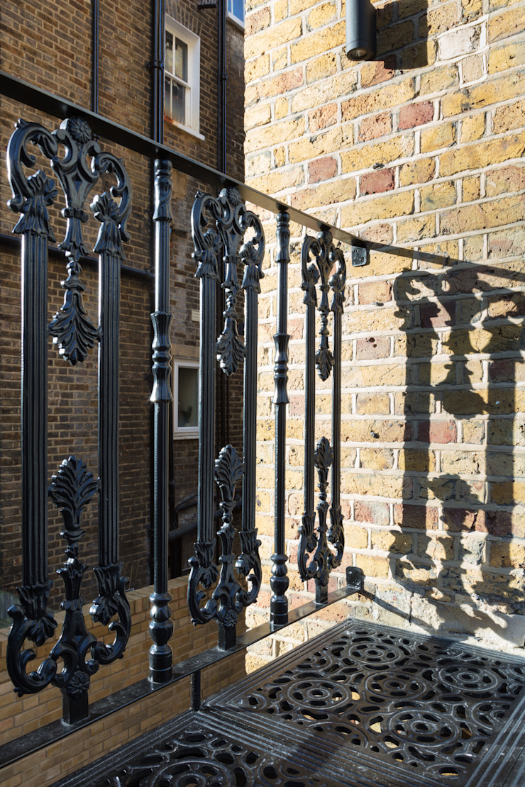 London Garden – Metal Balcony and Staircase British Spirals & Castings Balcone