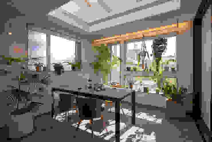 外部仕上げのサンルーム タイコーアーキテクト モダンスタイルの 温室 灰色