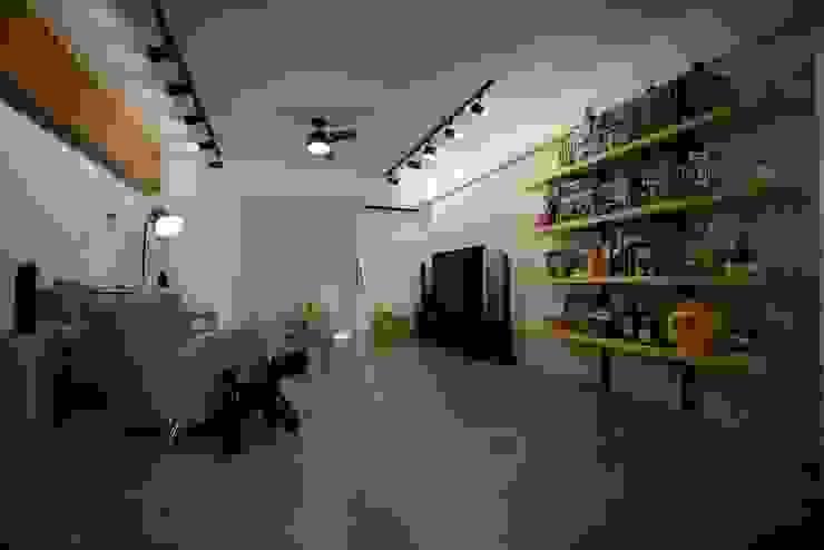 輕工業風活潑住家設計:  客廳 by 大觀創境空間設計事務所,
