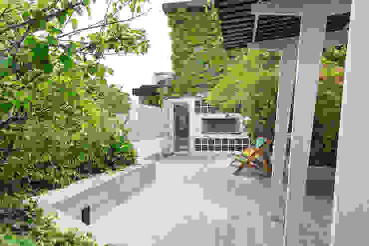 Balcones y terrazas de estilo moderno de Fabio Carria Moderno Azulejos