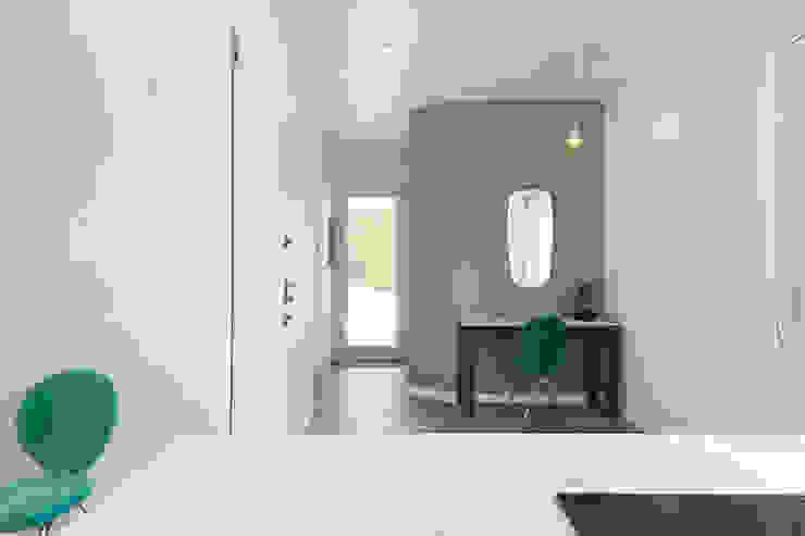 Pasillos, vestíbulos y escaleras de estilo moderno de Fabio Carria Moderno Azulejos