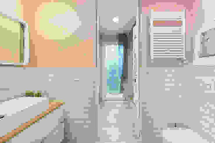 Baños de estilo moderno de Fabio Carria Moderno Azulejos