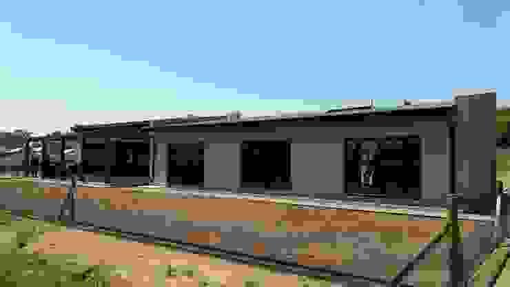 Contemporary farm living Modern houses by REIS Modern Bricks