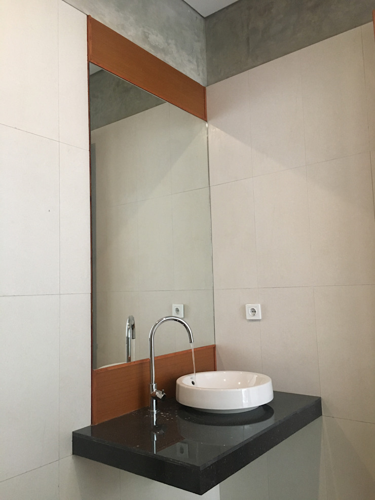 Industrial style bathroom by indra firmansyah architects Industrial