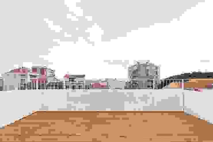Boost Studio Modern balcony, veranda & terrace Wood Wood effect