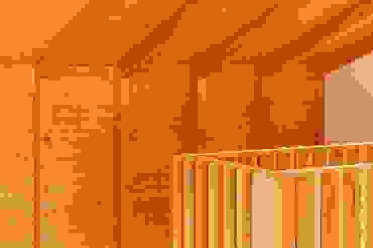 Boost Studio Paredes y suelos de estilo moderno Madera Acabado en madera