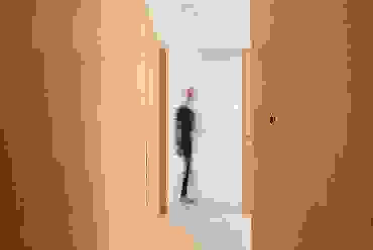 Pasillos, vestíbulos y escaleras modernos de Boost Studio Moderno Madera Acabado en madera