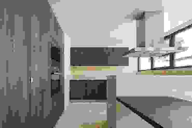 Cocinas modernas de Boost Studio Moderno Madera Acabado en madera