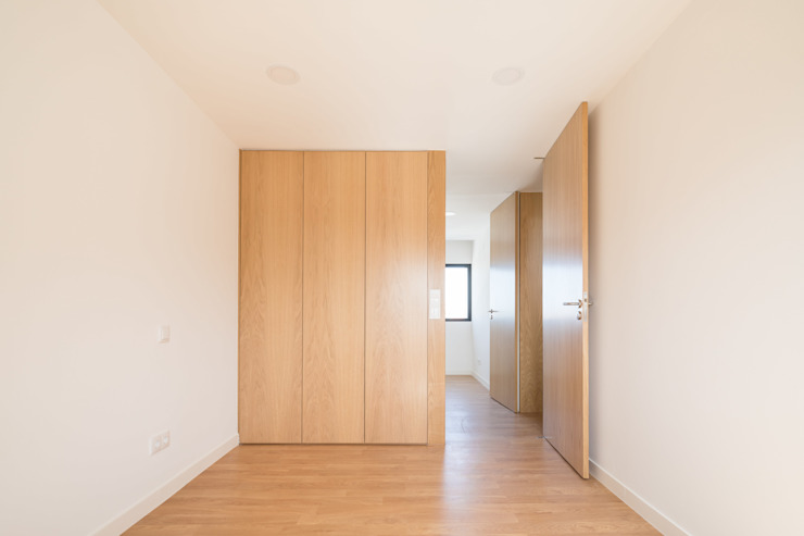 Dormitorios modernos de Boost Studio Moderno Madera Acabado en madera