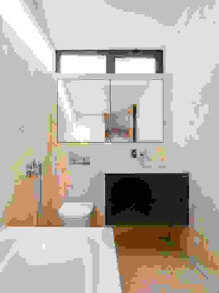 Baños modernos de Boost Studio Moderno Concreto
