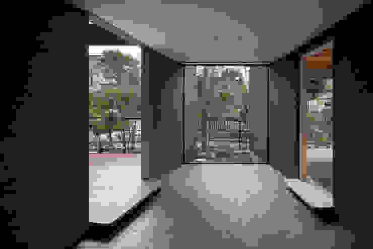 Koridor & Tangga Modern Oleh 井上久実設計室 Modern