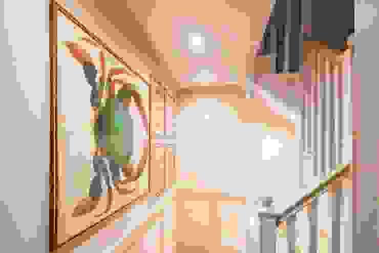 Knightbridge renovation:  Corridor & hallway by Prestige Architects By Marco Braghiroli,