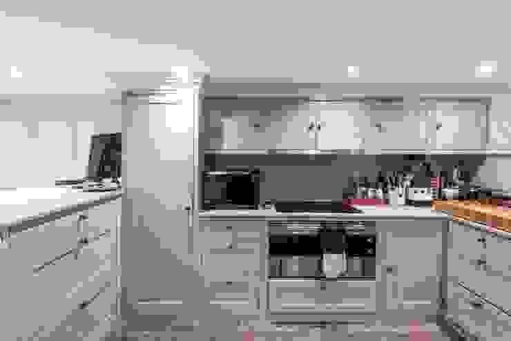 Knightbridge renovation:  Kitchen by Prestige Architects By Marco Braghiroli,