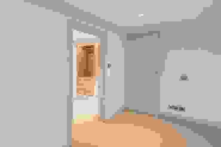 Knightsbridge Townhouse クラシカルスタイルの 寝室 の Prestige Architects By Marco Braghiroli クラシック