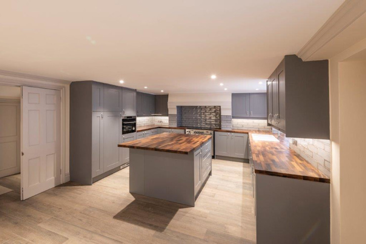 Knightsbridge Townhouse クラシックデザインの キッチン の Prestige Architects By Marco Braghiroli クラシック