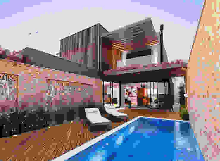 Бассейн в стиле модерн от Lozí - Projeto e Obra Модерн