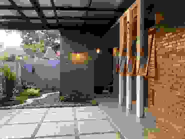 RZ House ( Tempat Parkir Mobil dan Halaman Depan) Oleh Studié
