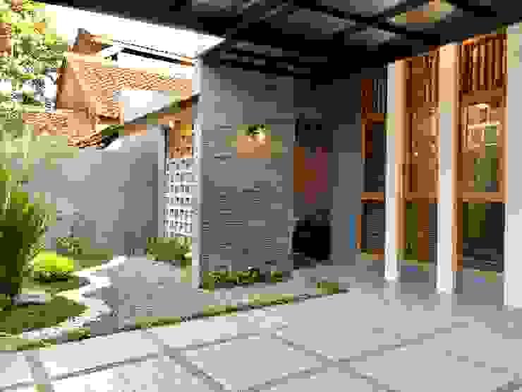 RZ House ( Tempat Parkir Mobil dan Halaman Depan) 2 Oleh Studié