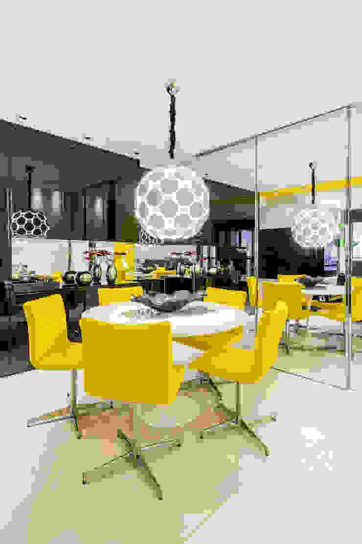 Sala de jantar/ Lustre/ Cadeiras/ Mesa redonda/ Espelho/ Aparador/ Nicho Salas de jantar modernas por Sônia Beltrão Arquitetura Moderno