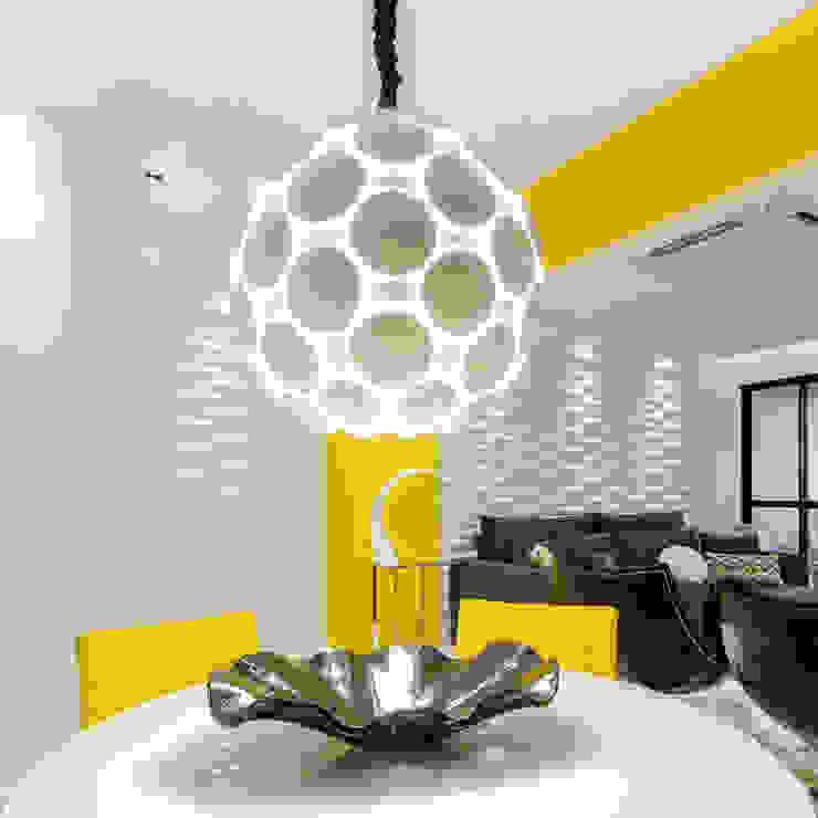 Sala/ Lustre/ Revestimento 3D Salas de jantar modernas por Sônia Beltrão Arquitetura Moderno