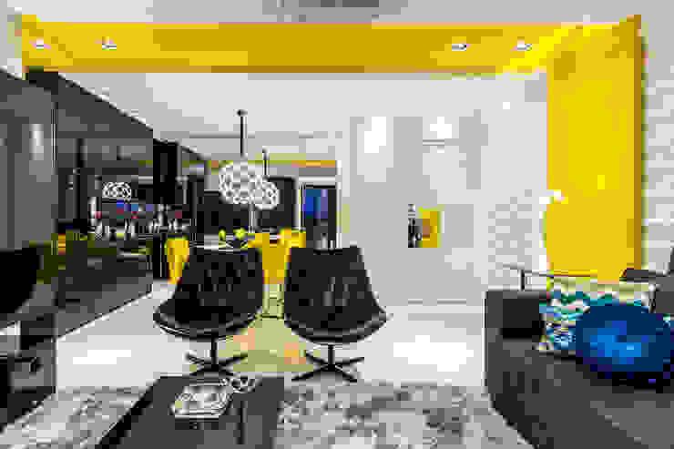Apartamento com tons marcantes, moderno, dinâmico e cheio de energia. Salas de estar modernas por Sônia Beltrão Arquitetura Moderno