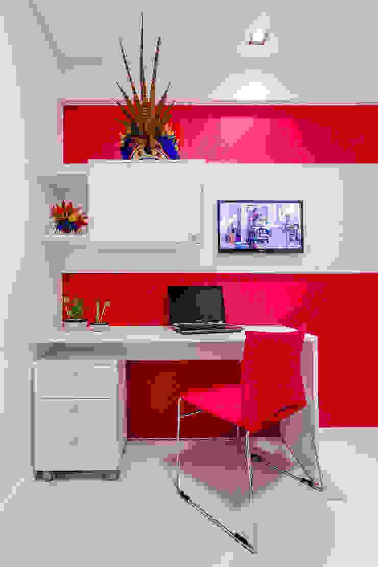 Suíte de hospede/ Escritório/ Homeoffice/ Móvel/ Painel/ Cadeira Quartos modernos por Sônia Beltrão Arquitetura Moderno