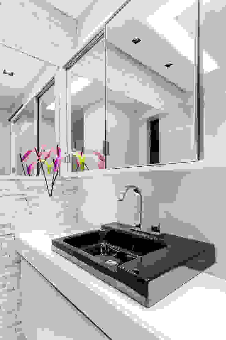 Banheiro/ Espelho/ Cuba/ Torneira/ Revestimento 3D Banheiros modernos por Sônia Beltrão Arquitetura Moderno