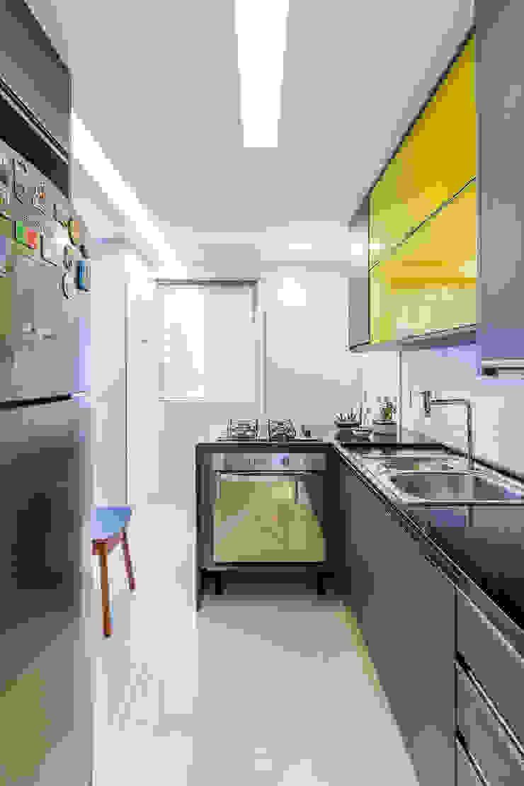 Cozinha/ Armários/ Pedra/ Sanca por Sônia Beltrão Arquitetura Moderno