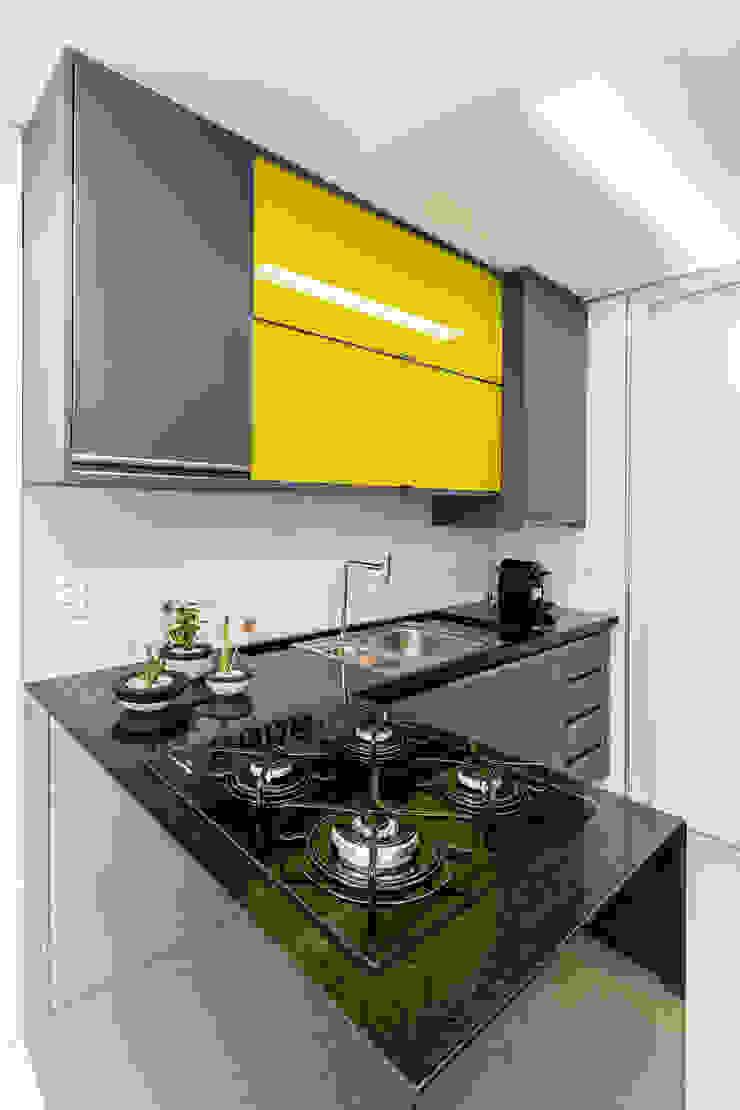 Cozinha/ Armários/ Pedra/ Sanca Cozinhas modernas por Sônia Beltrão Arquitetura Moderno
