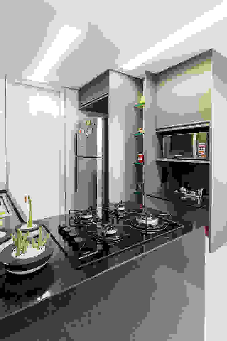 Cozinha/ Armários/ Pedra Cozinhas modernas por Sônia Beltrão Arquitetura Moderno