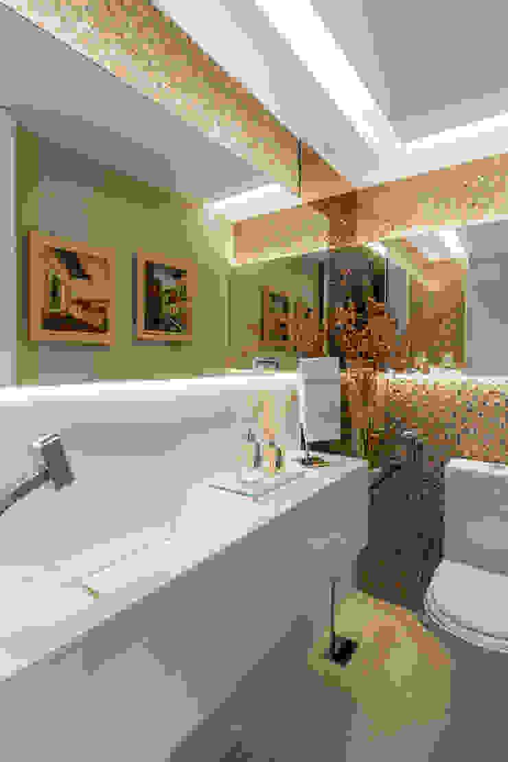 Modern bathroom by Sônia Beltrão Arquitetura Modern Marble