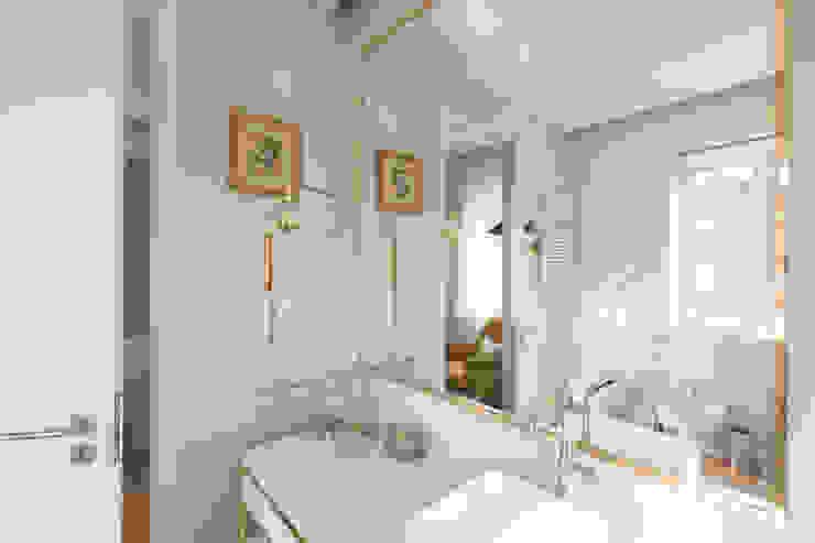Bagno moderno di ShiStudio Interior Design Moderno