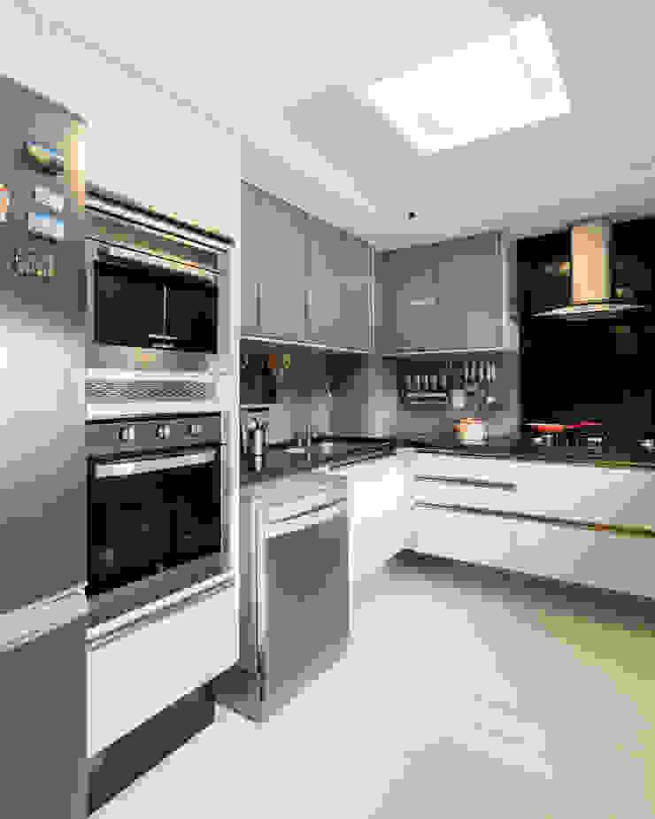 Modern kitchen by Sônia Beltrão Arquitetura Modern Granite