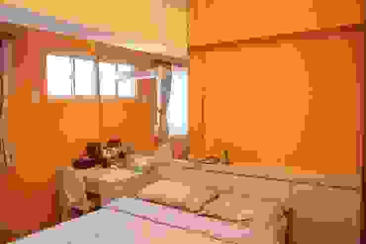 橘色的牆面讓整個臥室充滿明亮氣息 Country style bedroom by 勻境設計 Unispace Designs Country